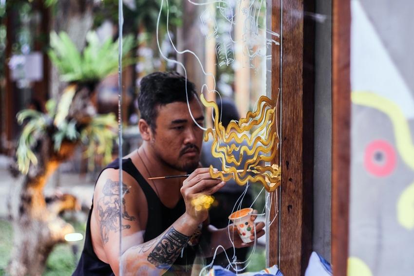 Pameran seni ini muncul dari kebiasaan makan mie goreng si seniman