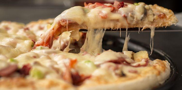 7 Topping pizza ini nyeleneh banget, ada yang pakai setandan pisang