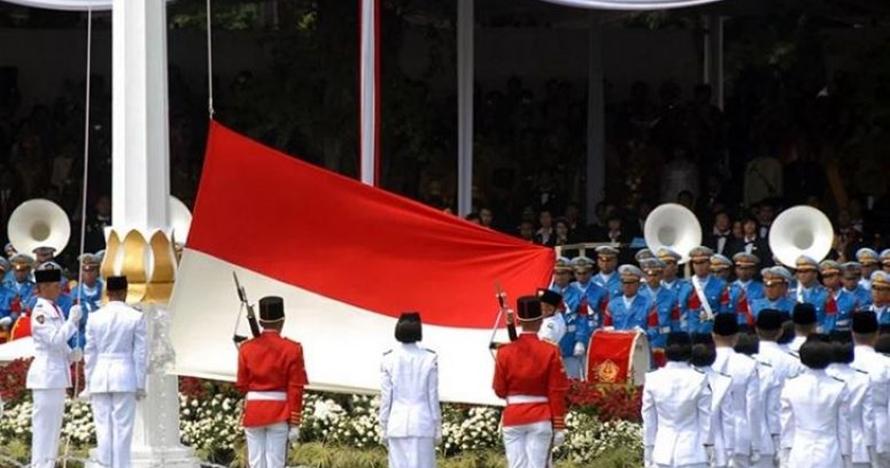 Ini si cantik Fariza Putri Salsabila, pembawa baki bendera pusaka