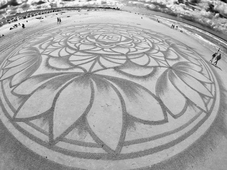 Kamu nggak akan nyangka 10 gambar di pasir ini asli, bikin takjub