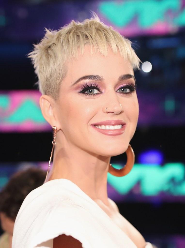 makeup dan rambut terbaik VMA 2017  © 2017 berbagai sumber
