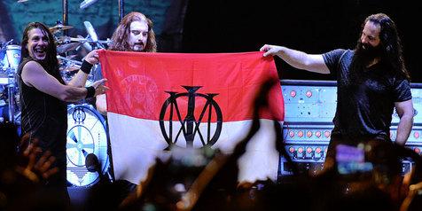 Di 5 konser band bule ini bendera Merah Putih berkibar dengan gagah