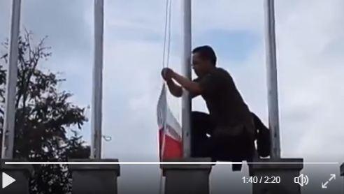 Salut, guru ini panjat tiang bendera di Thailand demi sang Merah Putih