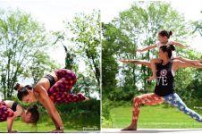10 Kekompakan ibu dan anak yoga bareng ini begitu menggemaskan