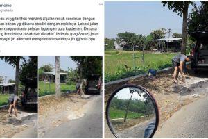 Bapak ini tambal sendiri jalanan di Yogyakarta, bikin salut