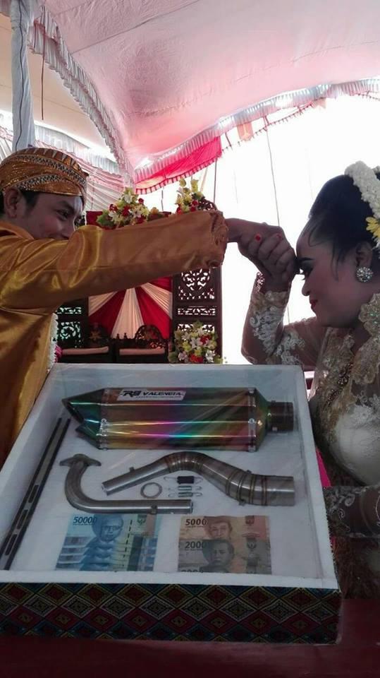 pasangan ini menikah dengan seperangkat knalpot motor © 2017 facebook