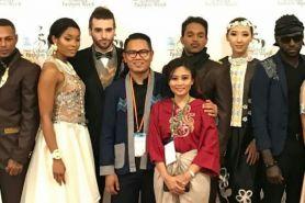 Desainer Tanah Air ini tampil di Couture Fashion Week New York, salut!