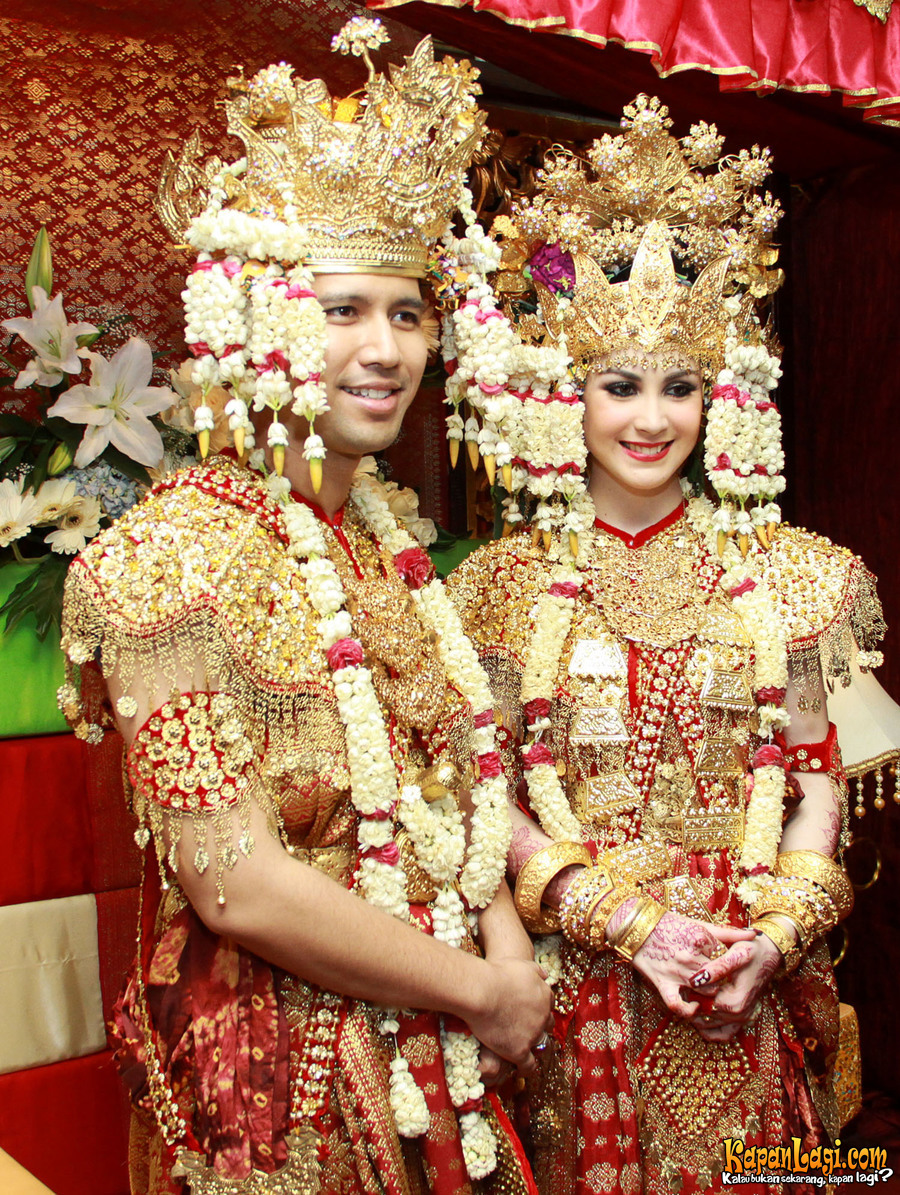 10 Seleb ini makin anggun dalam balutan busana pengantin Palembang