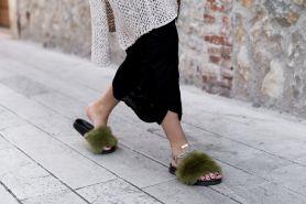 Lagi ngehits, ini 6 cara keren kenakan fur slides ala fashion blogger