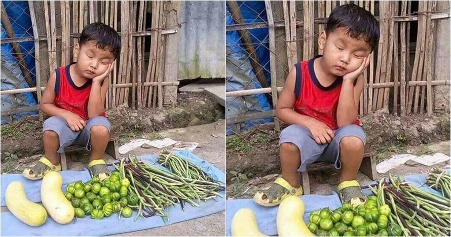 Potret bocah kecil jual sayur hingga tertidur ini bikin haru