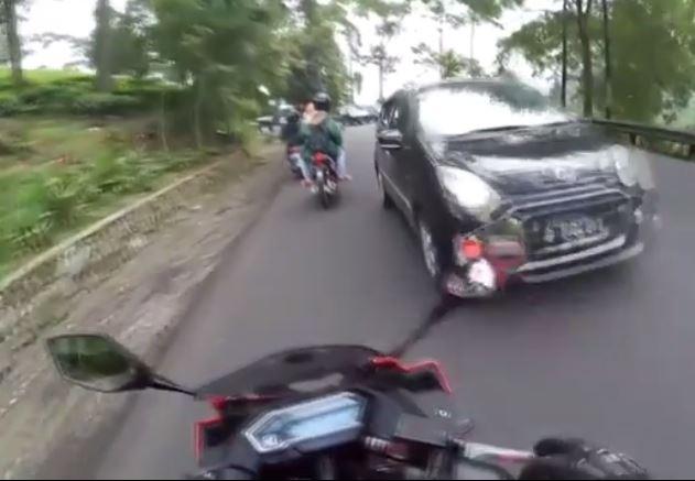 Jalurnya diserobot mobil, reaksi vlogger di Puncak ini mengejutkan