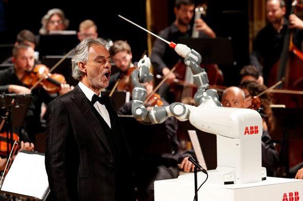 Luar biasa, robot YuMi jadi konduktor orkestra Italia