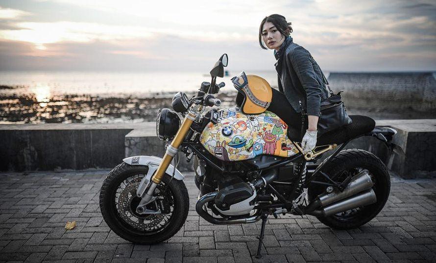 10 Gaya kece Nabila Putri tunggangi motor gede, hobinya 'laki banget'