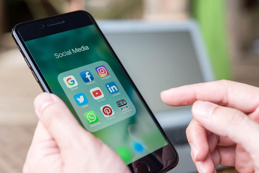 Nggak cuma update status, ini fungsi media sosial menurut Antonny Liem