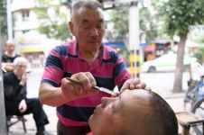 8 Langkah bersihkan bola mata pakai pisau cukur ini bikin gemetaran