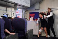 Ini yang akan terjadi jika kamu ngawur buka pintu pesawat saat terbang