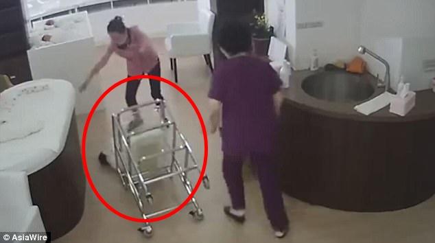 Tak hati-hati menggeser stroller bayi, aksi perawat ini bikin geram
