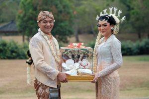 Sah jadi istri Ade Imam, ini 10 potret pernikahan Vicky Shu