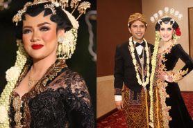 7 Seleb Indonesia ini memilih mengenakan gaun hitam saat pernikahannya