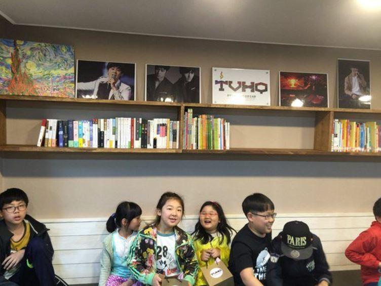 Aksi gila seleb berikan hadiah pada idola Kpop © 2017 brilio.net