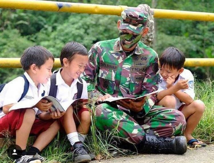Begini 7 aksi tentara jadi guru bagi siswa di daerah, angkat jempol