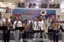 Aksi tentara US Navy nyanyi lagu Akad Payung Teduh ini bikin histeris