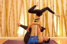 8 Gerakan yoga Pevita Pearce ini dijamin bikin melongo