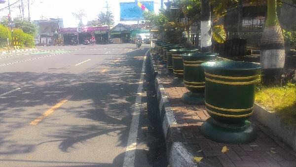 Warganet geram trotoar malah diisi dengan pot tanaman ini
