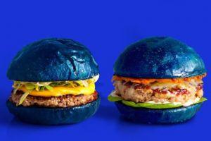 Tak seperti umumnya, tampilan burger lezat ini warnanya biru