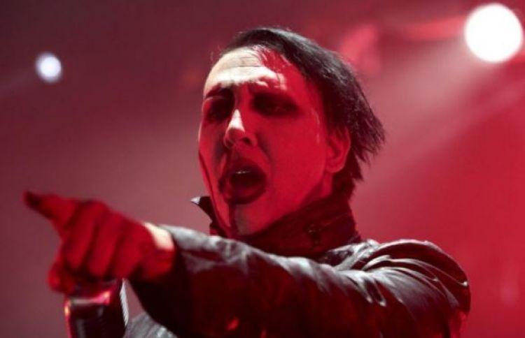 Marilyn Manson tertimpa properti panggung saat konser, apes banget