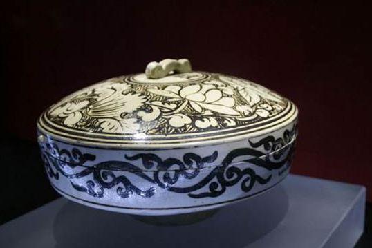 Mangkuk keramik lawas ini dihargai Rp 510 miliar, istimewanya apa?