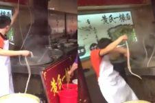Aksi pria berjoget saat masak mi ini hilangkan bete seketika