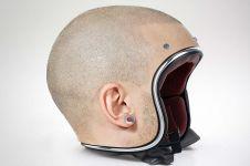 Helm ini desainnya persis kepala, kamu bisa dikira nggak pakai helm