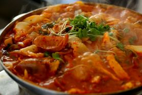 Yuk coba bikin Budae Jjigae, makanan tentara pasukan Korea Selatan