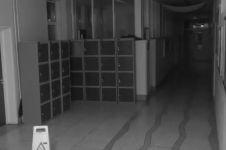 Penampakan hantu di lorong sekolah masuk kamera CCTV, ngeri banget