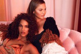 Chrissy Teigen x Revolve rilis koleksi fashion untuk cewek millenial