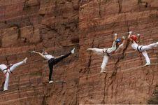 Mendebarkan, 10 aksi yoga di antara tebing curam setinggi 200 meter