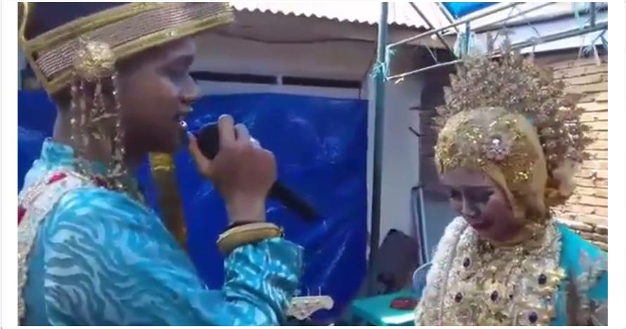 Aksi romantis pengantin pria saat resepsi ini bikin baper