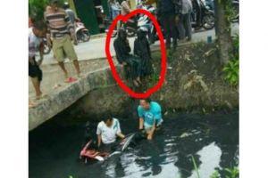 2 Cewek ini apes banget, naik motor kecebur sungai penuh lumpur hitam