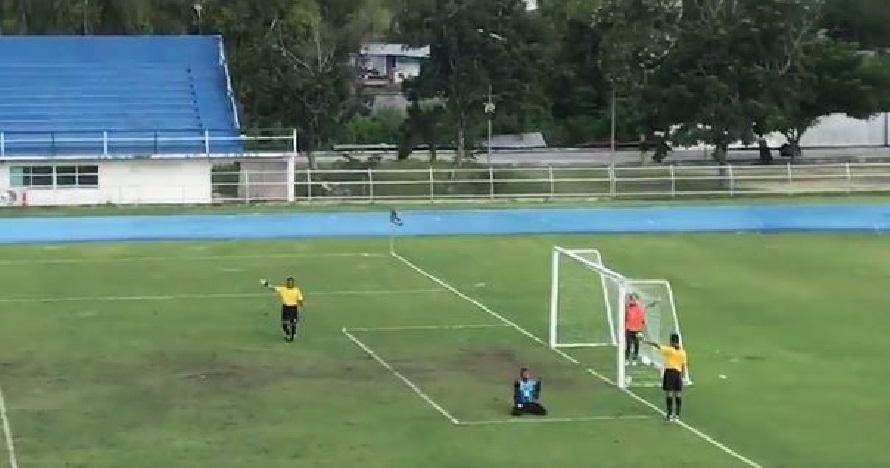 Bola yang mustahil gol tiba-tiba berbalik, reaksi kiper kocak banget