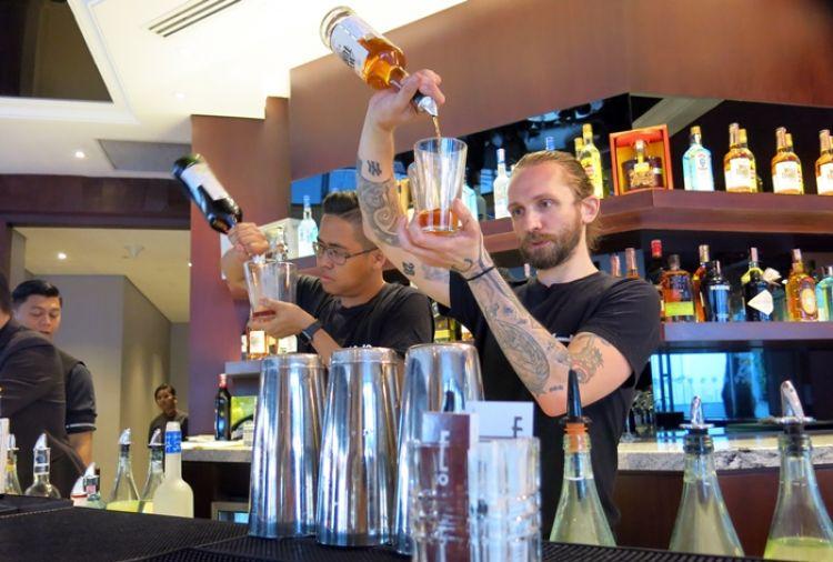 Begini gaya bartender kelas dunia meracik minuman, nggak asal tuang