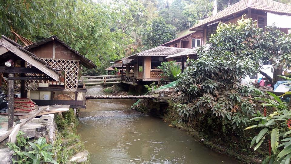 rumah makan ini ajak pengunjungnya makan di tengah sungai © 2017 berbagai sumber