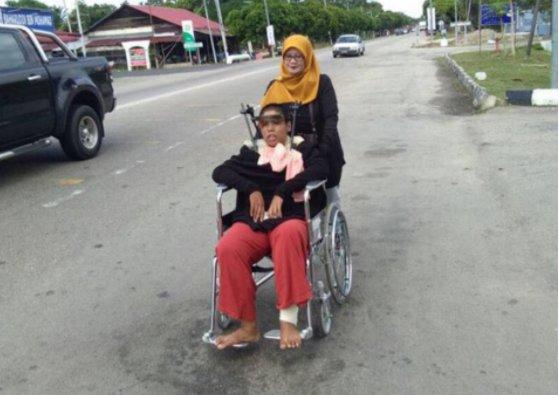 Ibu ini tiap hari dorong kursi roda anaknya sejauh 1 km untuk berobat