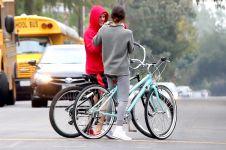 15 Foto Justin dan Selena tertangkap kamera bersepeda bersama, CLBK?