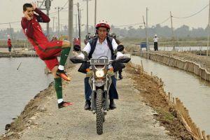 9 Foto editan Jokowi naik motor trail di Bekasi ini kocak abis