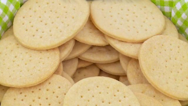 Ternyata lubang kecil pada biskuit ada fungsinya lho, untuk apa?