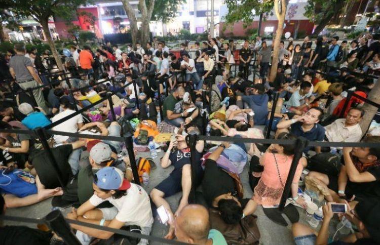 Potret ribuan orang antre iPhone X di Singapura, sampai tidur di jalan