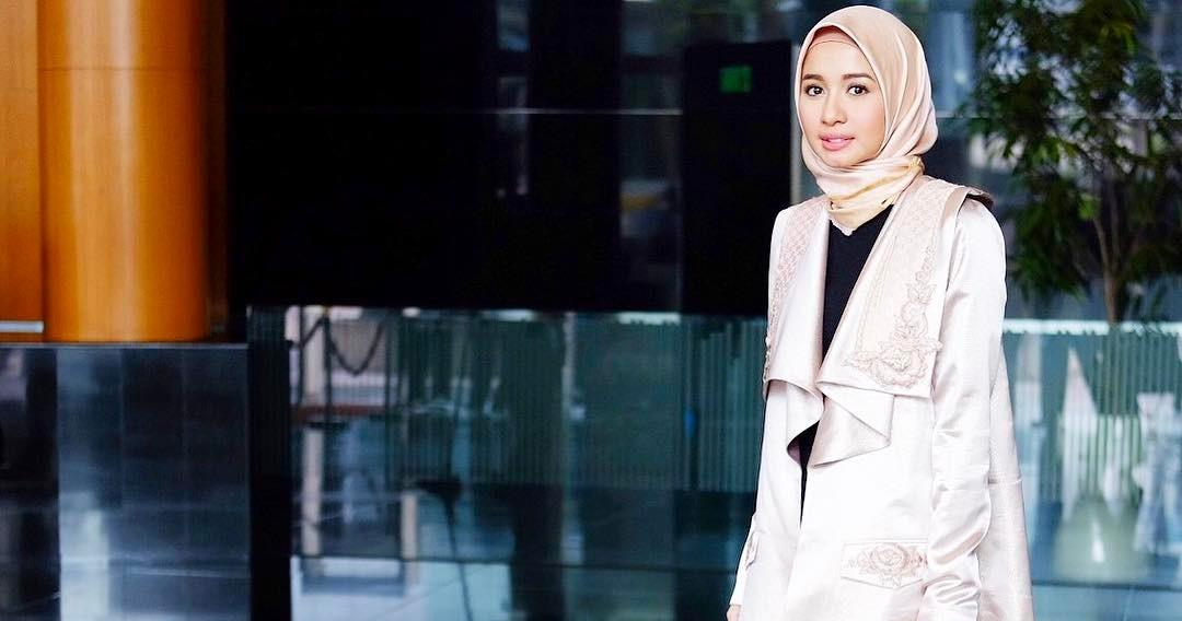 7 Ide outfit hijab simpel ala Laudya Cynthia Bella, cocok buat ngantor