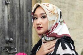 6 Tips padu padan hijab dengan warna lipstik, biar anggun dan santun