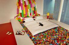 8 Penampakan kamar tidur ini unik abis, semua benda terbuat dari lego